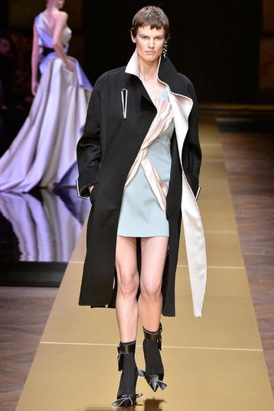 Фото №8 - Плащи Haute Couture и туфли с бантами на парижском показе Versace