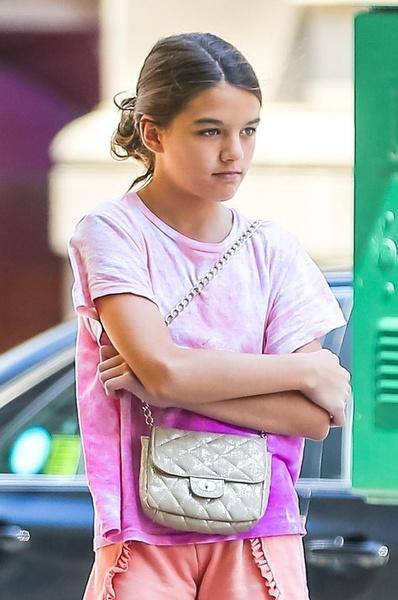 Фото №1 - Дочь Тома Круза разгуливает по улице в самых модных шортах лета: фото