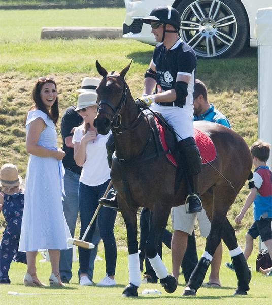 Фото №22 - Семейный выходной: принцесса Шарлотта, принц Джордж, Кейт и Уильям на игре в поло