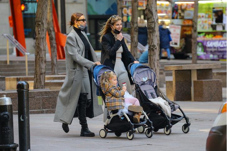 Фото №1 - По улицам Нью-Йорка как по подиуму: Ирина Шейк на прогулке с дочкой