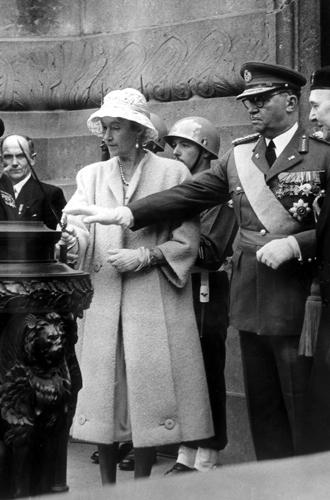 Фото №13 - Короли на пенсии: 8 монархов, которые отреклись в пользу детей