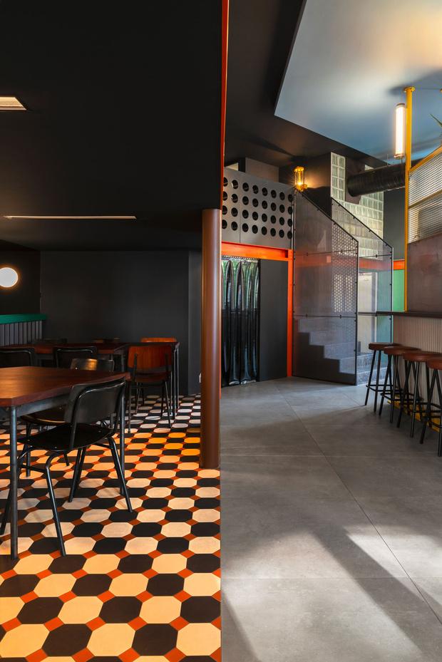 Фото №3 - Яркий бар La Raffinerie в Лионе