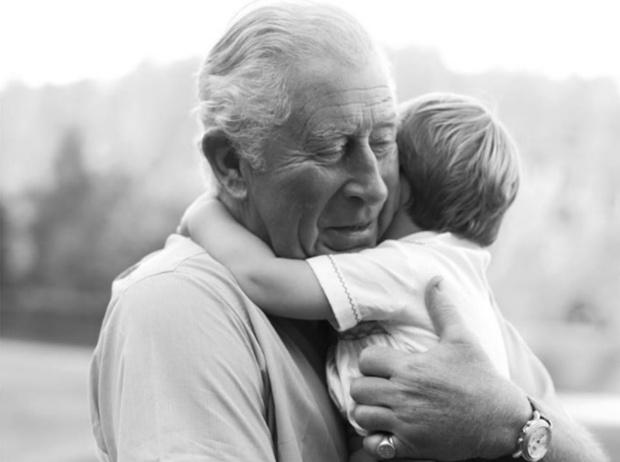 Фото №1 - Любимый дедушка: новое трогательное фото принцев Чарльза и Луи покорило Сеть