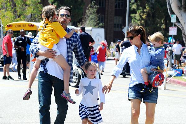 Дженнифер Гарнер с мужем Беном Аффлеком и детьми