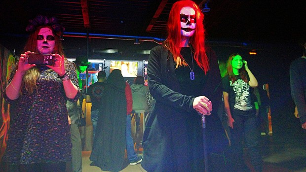 Не пугайтесь, обычно посетители выглядят более человечно. Так в баре встречали Хэллоуин