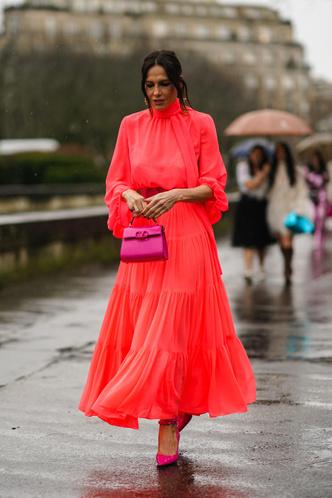 Фото №11 - В офис и на свидание: как носить модные неоновые оттенки
