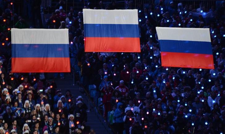 Фото №1 - ВЦИОМ: 84% россиян гордятся флагом, 50% помнят порядок цветов