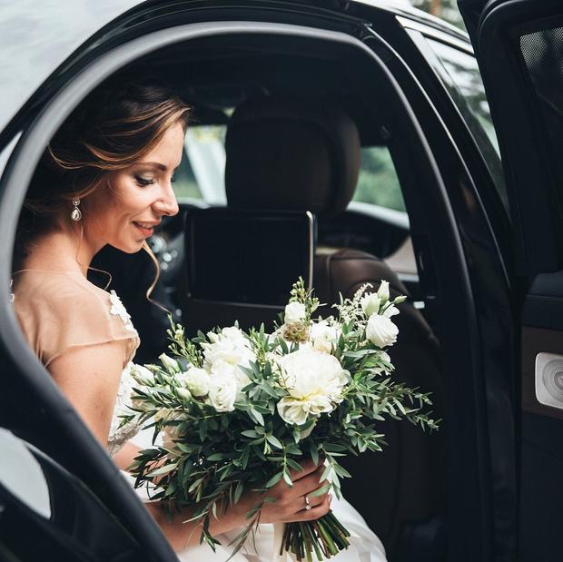 Фото №1 - Бросать или не бросать: топ-9 стильных свадебных букетов, которые вам захочется оставить себе