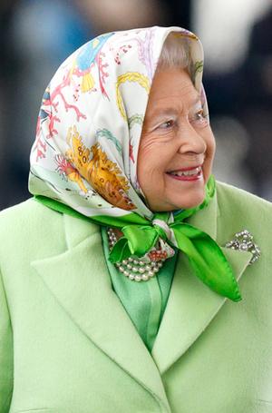 Фото №17 - Как отличить Королеву: каблук 5 см, сумка Launer, яркое пальто и никаких брюк
