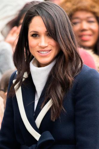 Круглая линия шарфа у лица дополнена подчеркнуто жестким угольным лацканом пальто.