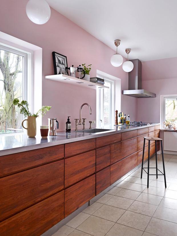 Кухня. Барный стул, Frama. Картина в черной рамке— работа Матиаса Моллинга Мортенсена (Mathias Malling Mortensen).