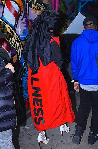 Фото №25 - Это слишком: как Рианна «помешалась» на одежде oversize