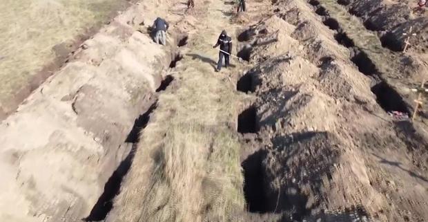 Фото №2 - Власти украинского города выкопали 600 могил, чтобы убедить местных жителей соблюдать карантин (видео)