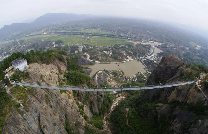 Фото №1 - В Китае открыли самый длинный стеклянный мост в мире