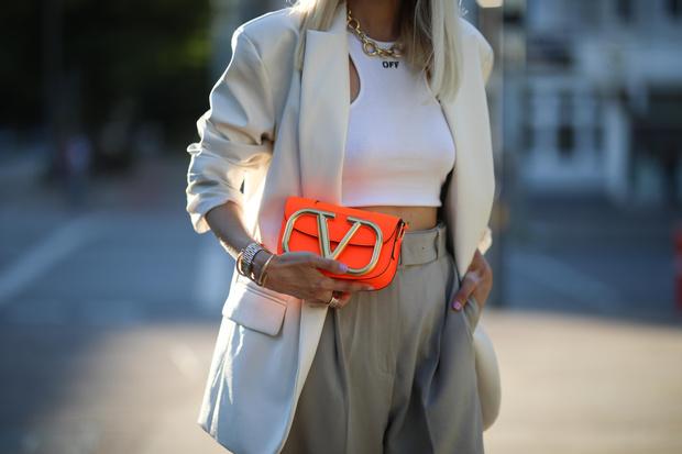 Фото №8 - В офис и на свидание: как носить модные неоновые оттенки