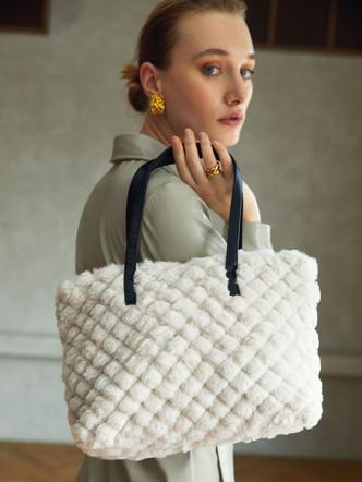 Фото №6 - Вместо плюшевого мишки: 5 модных меховых сумок, с которыми ты не захочешь расставаться