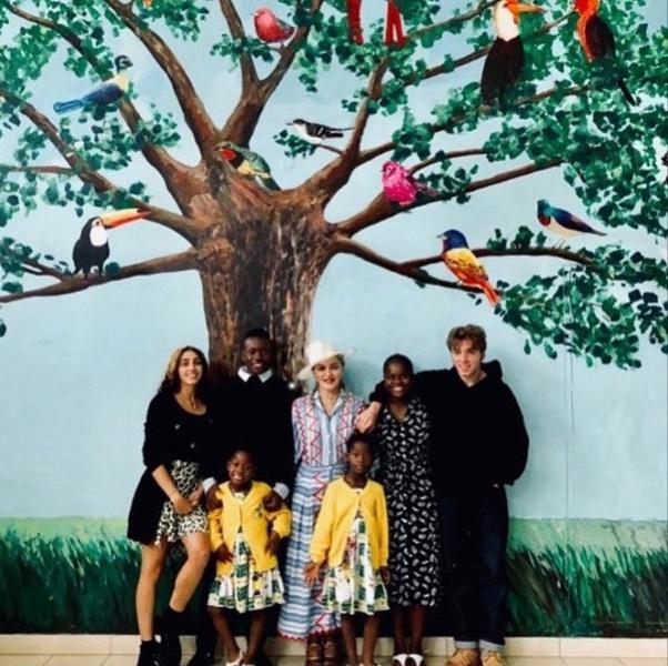 Фото №1 - Редкий семейный выход: Мадонна и все ее дети в Малави