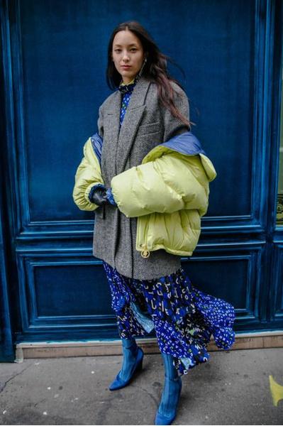 Фото №5 - Как носить платье с пуховиком: вдохновляемся образами фэшн-инфлюенсеров