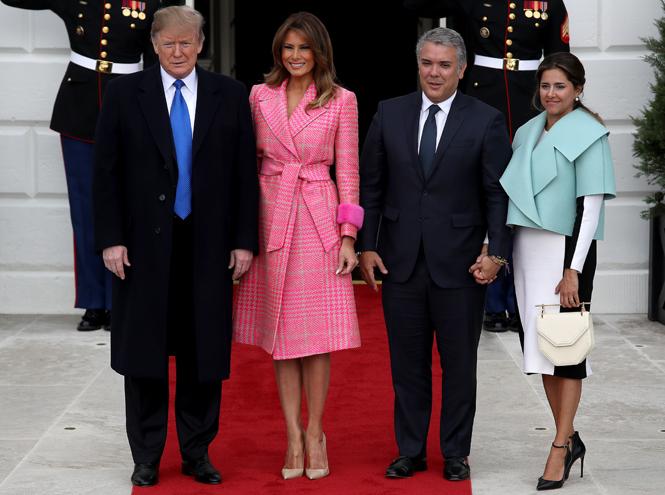 Фото №2 - Кто выиграл у Мелании Трамп битву за самый оригинальный наряд