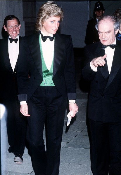 Фото №3 - Принц Гарри запретил Меган Маркл носить брючные костюмы