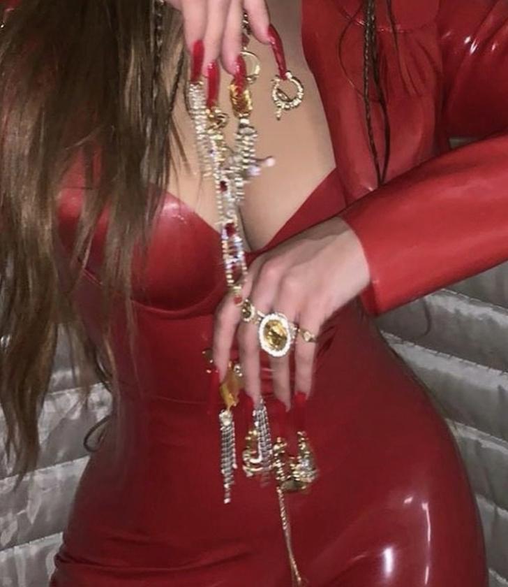 Фото №3 - Драгоценные подвески на ногтях: Розалия в красном латексе выводит искусство маникюра на новый уровень