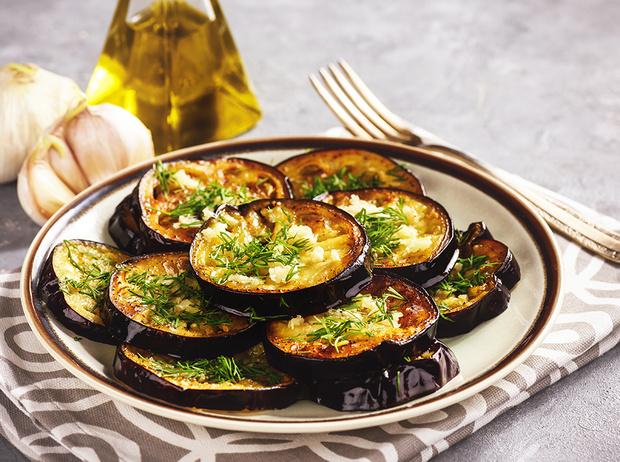 Фото №1 - Рецепты осени: баклажаны в медовом соусе на скорую руку