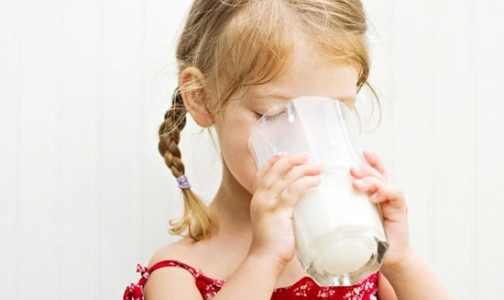 Фото №1 - Молоко в автоматах: один ребенок в Петербурге умер, девятерым потребовался диализ