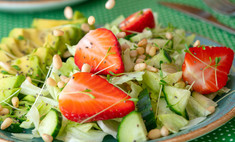 Салат с авокадо и клубникой для истинных гурманов
