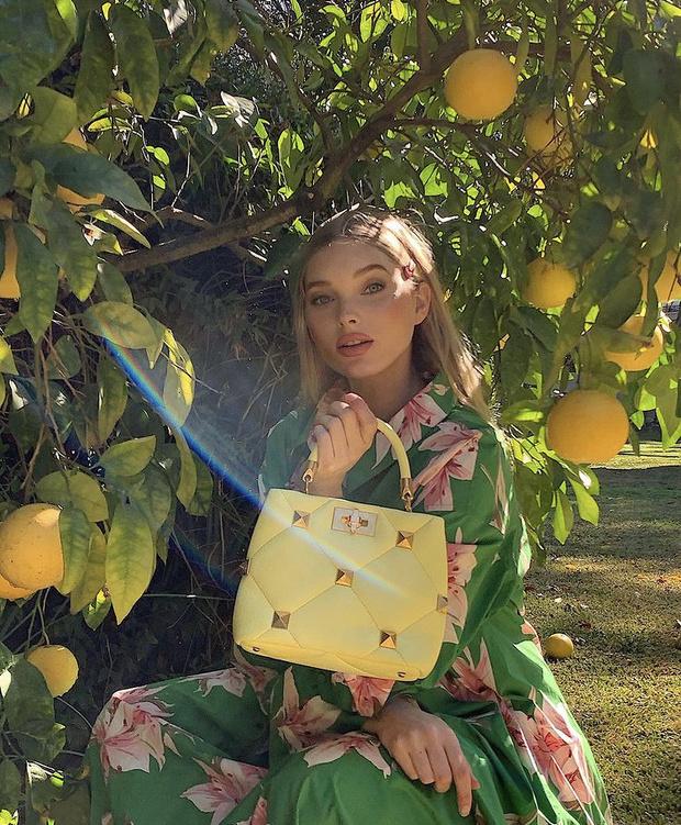 Фото №3 - Весне дорогу: Эльза Хоск показала, с какой сумкой в новом сезоне будут ходить все модели