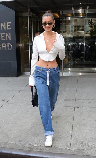 Фото №3 - Камбэк тренда из 00-х: носим джинсы с низкой посадкой этой весной