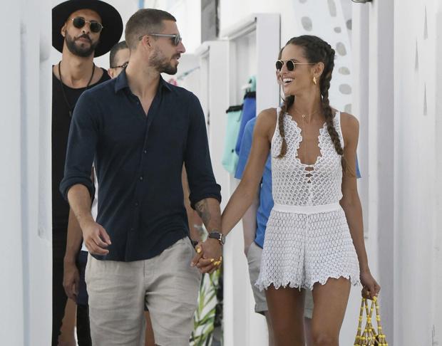 Фото №2 - Фантастически-красивая пара: модель Изабель Гулар и футболист Кевин Трапп на островной прогулке