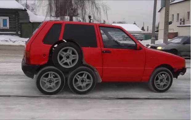 Фото №1 - Русские автокулибины собрали легковушку на 8 колесах (видео)