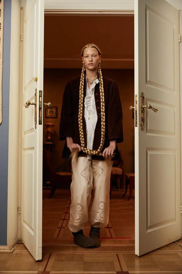Фото №1 - Клипсы Шанель и блузы Сен-Лорана: первая большая съемка ELLE винтажной одежды