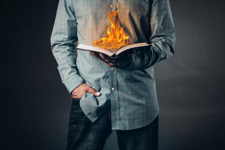 Фото №1 - Парень показал, как он поступает с толстыми книгами, и заслужил прозвище «убийца книг»