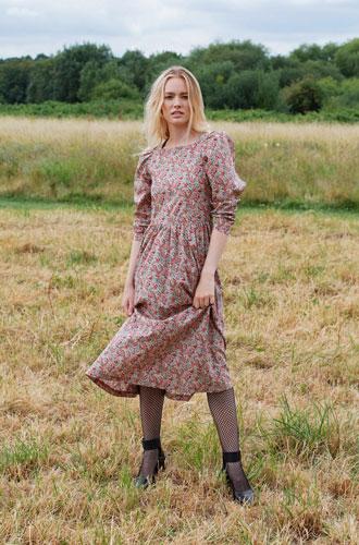 Фото №3 - Как носить романтичное платье с резиновыми сапогами: рецепт Кэрри Симондс