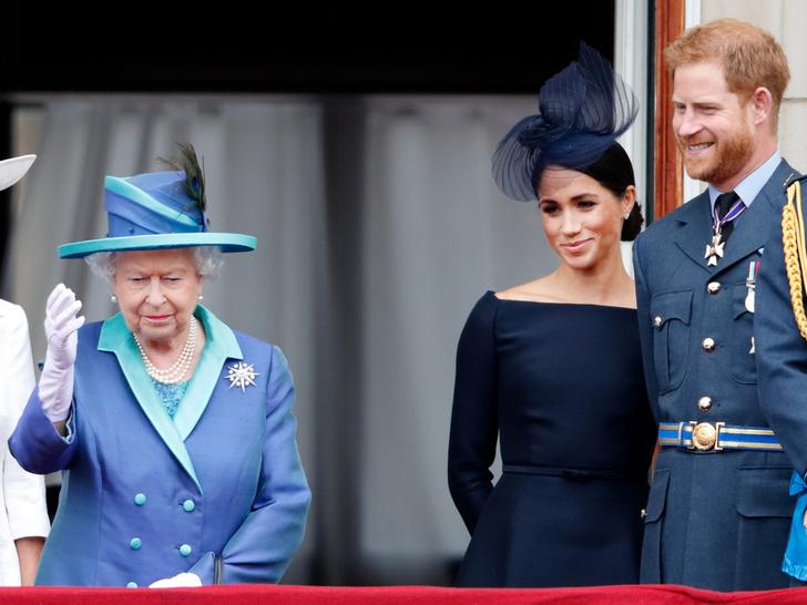 Фото №1 - Уроки прошлого: почему Королева все еще не лишила Гарри и Меган титулов