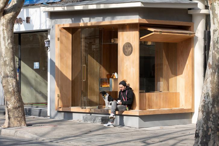 Фото №1 - Уютное угловое кафе с контрастным интерьером в Шанхае