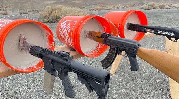 Фото №1 - Эксперимент: АК-47, винтовку и дробовик замуровали стволами в бетон и попытались выстрелить из них (видео)
