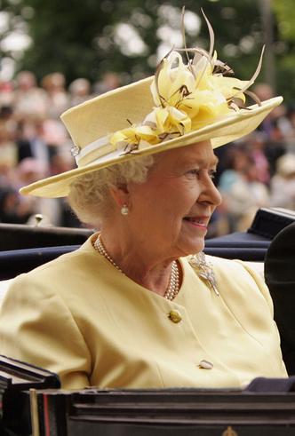 Фото №7 - Делайте ставки, господа: шляпки Королевы на Royal Ascot