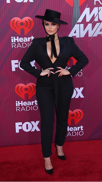15 необычных нарядов звезд на iHeartRadio Awards 2019
