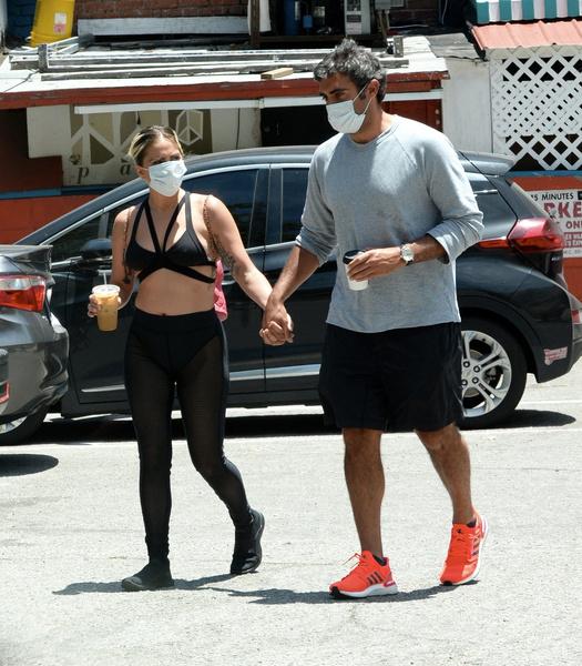 Фото №1 - Леди Гага гордо показывает избраннику свое тело обычной женщины