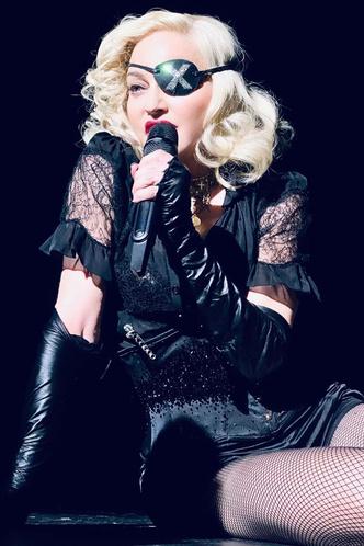 Фото №21 - Королева провокаций: 10 скандальных нарядов Мадонны, которые изменили моду