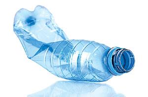 SHUTTERSTOCKПри сгорании пластика на костре или даже в печке высвобождаются продукты неполного окисления. Поливинилхлорид и другие хлорсодержащие пластики, сгорая, образуют чрезвычайно токсичные диоксины. При сжигании поли этилена и других пластиков, не содержащих хлора, тоже возникает немало токсинов. В почве пластик хранится столетиями, почти не разлагаясь. На свету и воздухе он разлагается быстро, но тоже с образованием множества небезопасных веществ. Единственное экологически приемлемое решение — выбросить подобные отходы в мусорный контейнер. Тогда их можно будет переработать или хотя бы вывезти для безопасного хранения на полигонах.