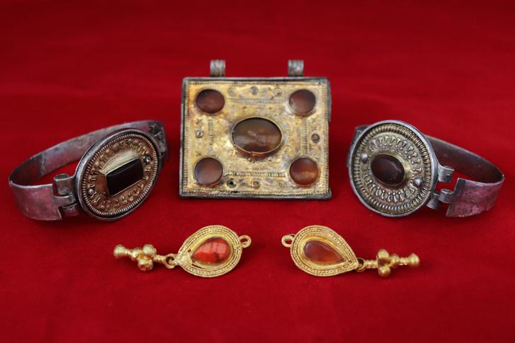 Фото №1 - В Крыму археологи нашли коллекцию украшений III века