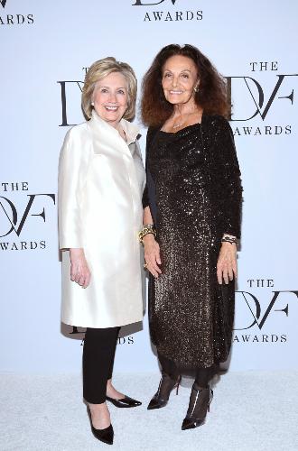 Фото №2 - Брючные костюмы и яркие цвета: модные победы Хиллари Клинтон