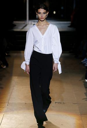 Фото №2 - Как носить блузку в холода: мастер-класс от Carolina Herrera