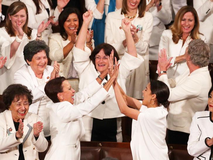 Фото №1 - От желтых жилетов до белых платьев: 6 случаев, когда одежда становилась символом протеста