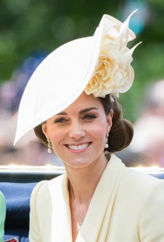 Фото №5 - Герцогиня Меган впервые появилась на публике после родов