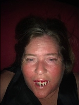 Фото №1 - Женщина перевоплотилась на Хэллоуин в мертвеца и чуть не лишилась зубов