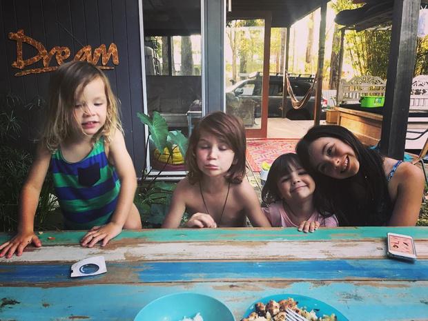 Фото №4 - Мама моет детей 3 раза в неделю и заставляет их есть руками